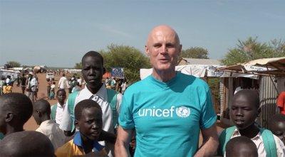 Phillip Mills在非洲,和当地儿童在一起