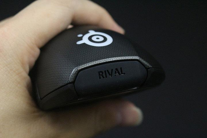 尾部RIVAL字样可定制 鼠标侧裙使用了大面积的橡胶材质,并辅以有规律的圆点来提升防滑效果。一体注塑式工艺的加入,在手感和耐磨性上相较于老版Rival鼠标有飞跃式的提升。左侧群处除了集成三颗侧键之外,还搭载了一块OLED屏幕,通过SteelSeries Engine3玩家可以进行个性化设置,既可以换成战队LOGO,也能够画上你喜欢的图案,更是可以在特定游戏中显示相关信息。三颗侧键本身相互独立,不会出现误操作的情况发生。另外,鼠标尾部Rival字样处的橡胶,玩家能够自行通过3D打印建模,定制自己专属的文字