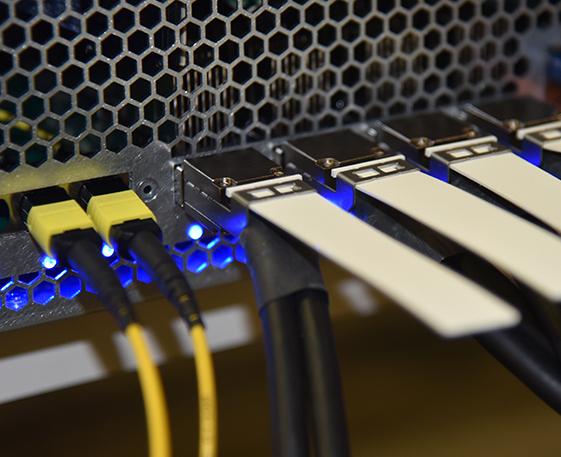 英特尔展示业界首个一体封装光学以太网交换机